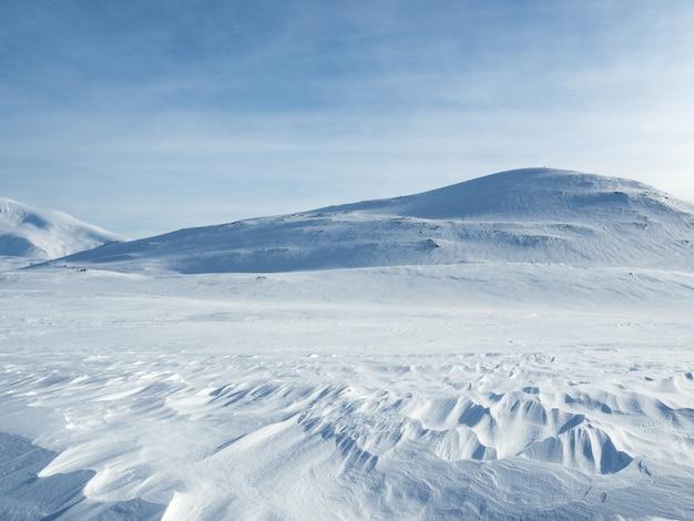 Montanhas cobertas de neve na noruega