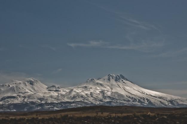 Montanhas cobertas de neve na região turca de capaddocia.