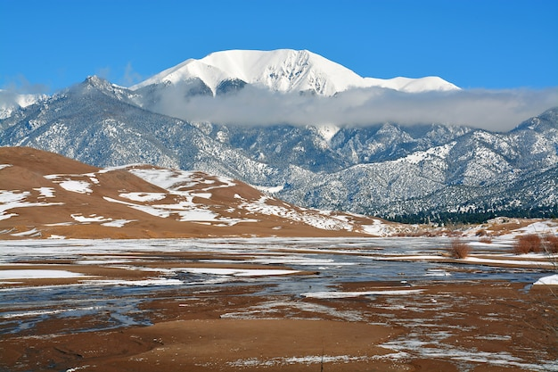 Montanhas cobertas de neve no colorado, eua