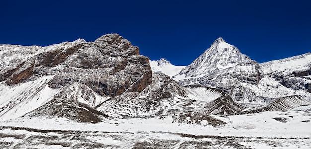 Montanhas cobertas de paisagem de neve