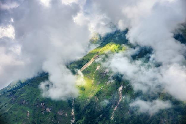 Montanhas com floresta verde nas nuvens em dia nublado no verão no nepal