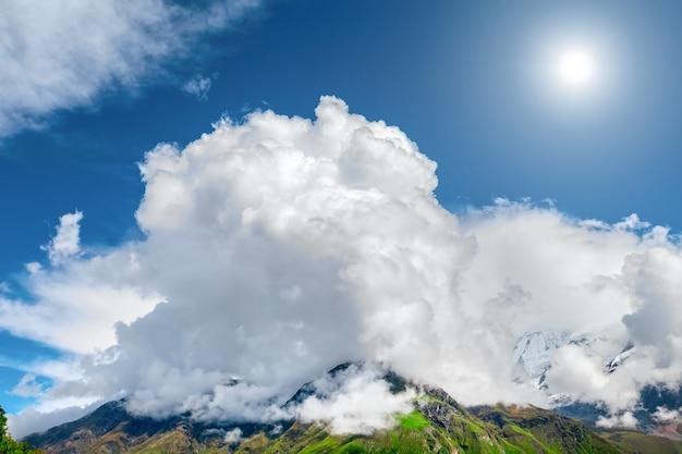 Montanhas com nuvens na área de annapurna