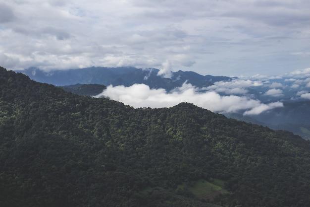Montanhas com nuvens
