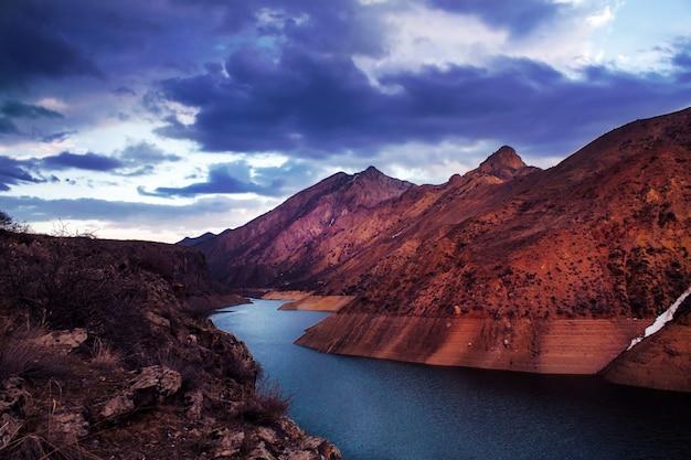 Montanhas com rio fluindo