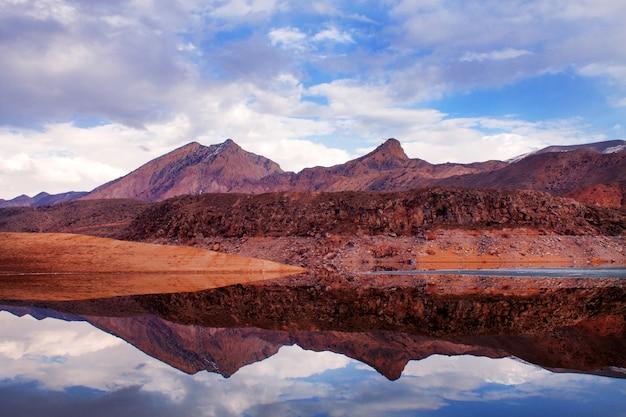Montanhas com seu reflexo no lago
