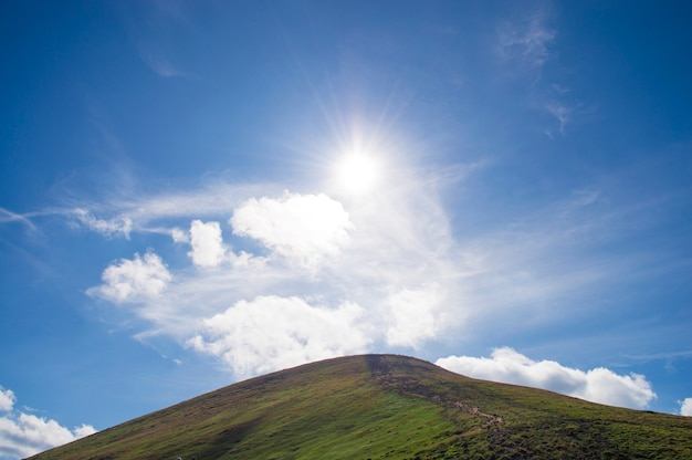 Montanhas contra o céu azul