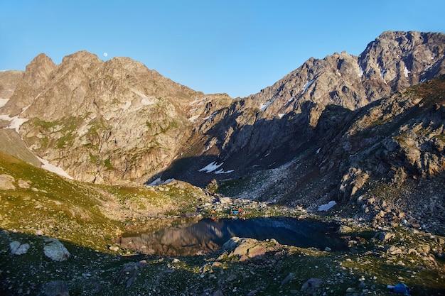 Montanhas da cordilheira do cáucaso arkhyz, lago sofia, escalada de montanhas, caminhadas e passeios pedestres. fabulosas montanhas do cáucaso no verão. grandes cachoeiras e lagos de um azul profundo. recreação ao ar livre