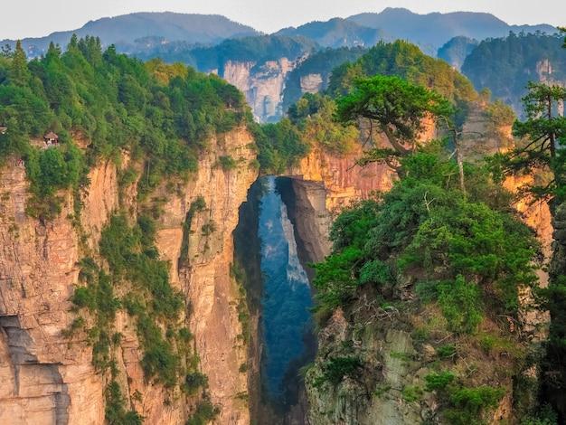 Montanhas de avatar nas montanhas do parque nacional de zhangjiajie na china, ponte de pedra natural