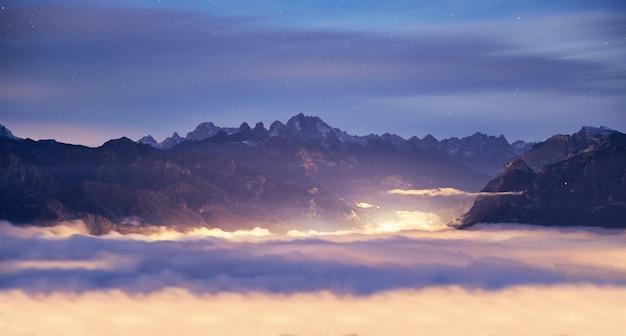 Montanhas de belluno acima das nuvens