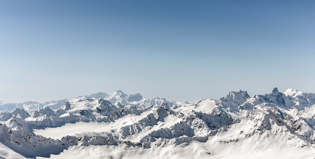 Montanhas de cáucaso do inverno nevado branco no dia ensolarado. vista panorâmica da pista de esqui elbrus, rússia