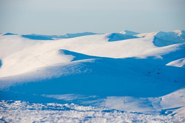 Montanhas de inverno e colinas de neve branca