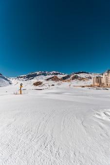Montanhas de inverno na região gusar do azerbaijão