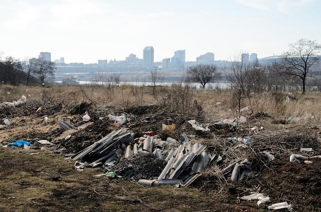 Montanhas de lixo da poluição ambiental na cidade