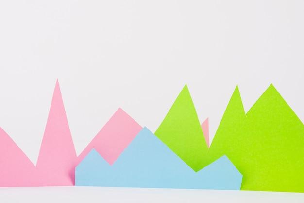 Montanhas de papel brilhante no fundo branco