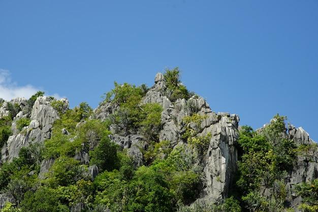 Montanhas de pedra calcária de pico