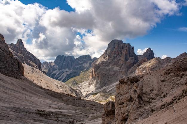 Montanhas de pedra nos alpes com nuvens