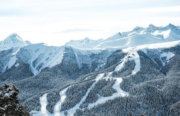 Montanhas do cáucaso cobertas de neve no inverno