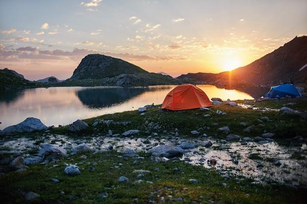 Montanhas do cáucaso do lago no verão, derretendo geleira