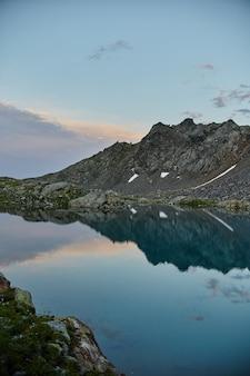 Montanhas do cáucaso do lago no verão