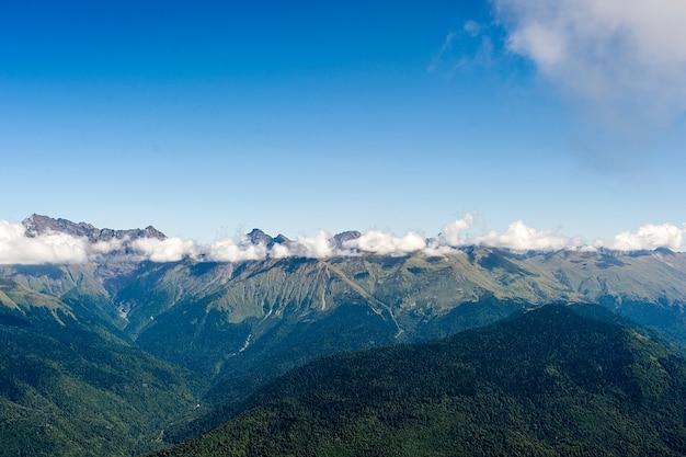 Montanhas do cáucaso nevoento em sochi