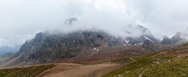 Montanhas do cazaquistão. montanhas nubladas de medeu no cazaquistão, shymbulak.