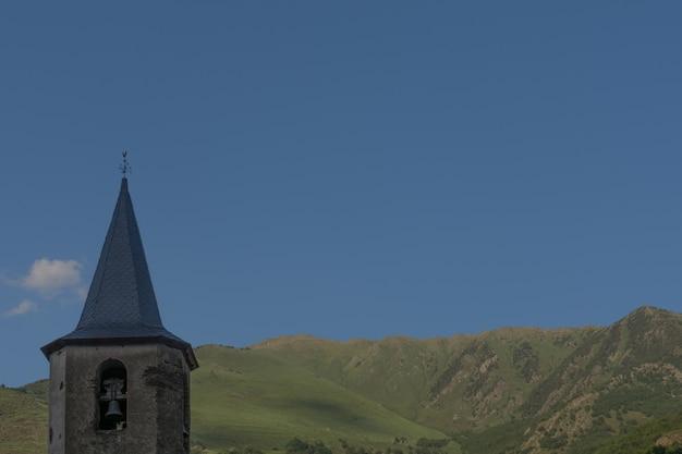 Montanhas do céu azul e torre sineira