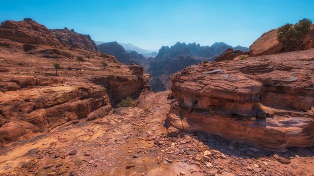 Montanhas do deserto próximas à antiga cidade de petra, na jordânia