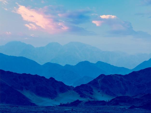 Montanhas do himalaia no crepúsculo