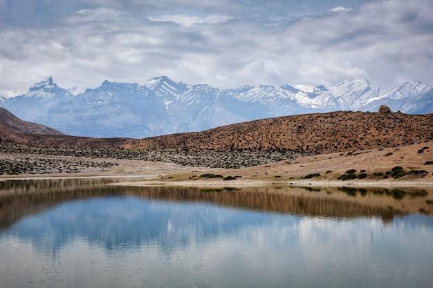 Montanhas do himalaia refelcting no lago de montanha dhankar lake. spiti valley, himachal pradesh, índia