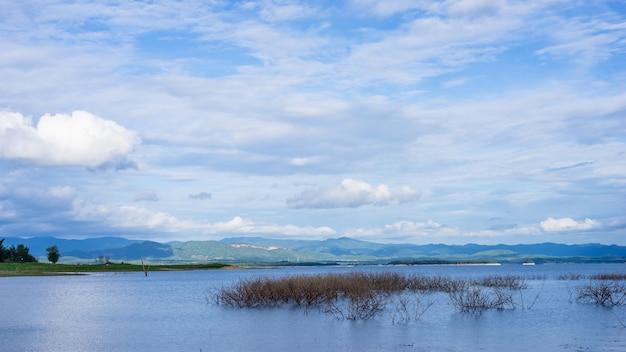 Montanhas do lago e céu nublado no parque nacional de khuean srinagarindra, tailândia