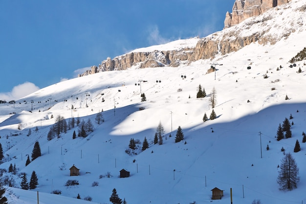 Montanhas dolomitas cobertas de neve