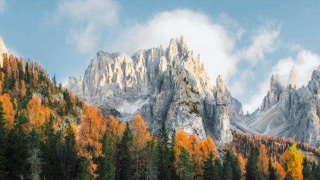 Montanhas dolomitas e árvores de outono