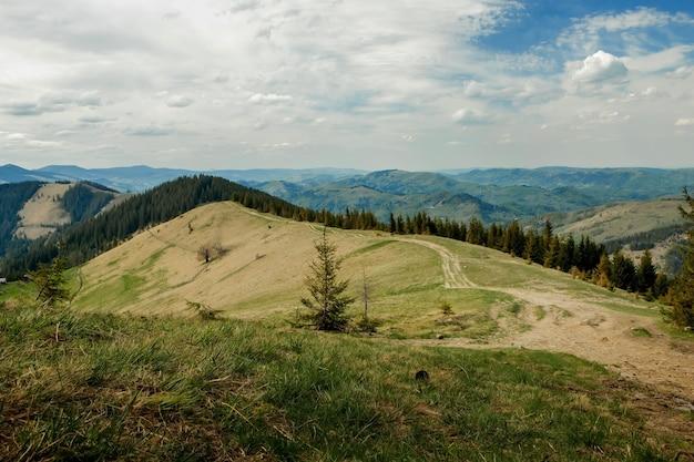 Montanhas dos cárpatos vista superior paisagem cume verão temporada dramática tempo tempo com céu azul nublado.