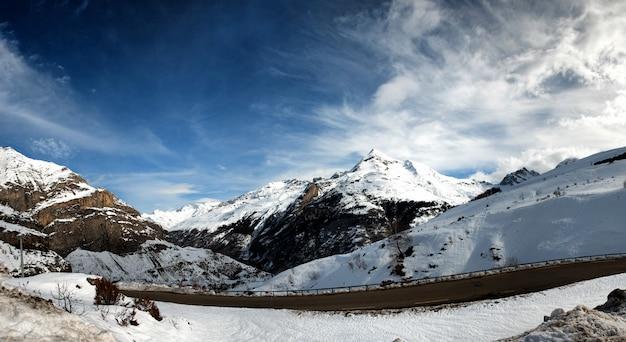 Montanhas dos pirenéus nevados com pequena estrada