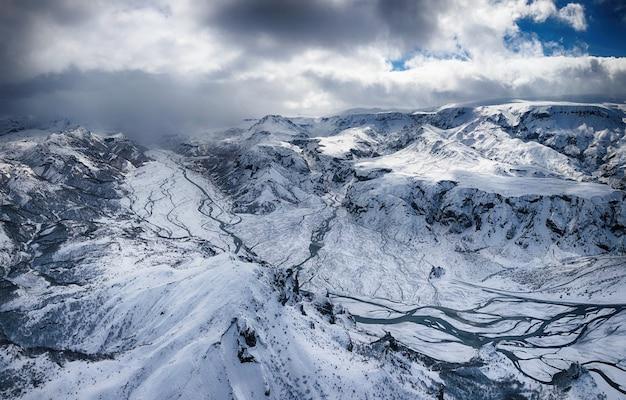 Montanhas e campo de neve