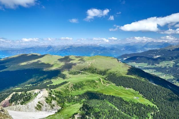 Montanhas e campos de prado val gardena