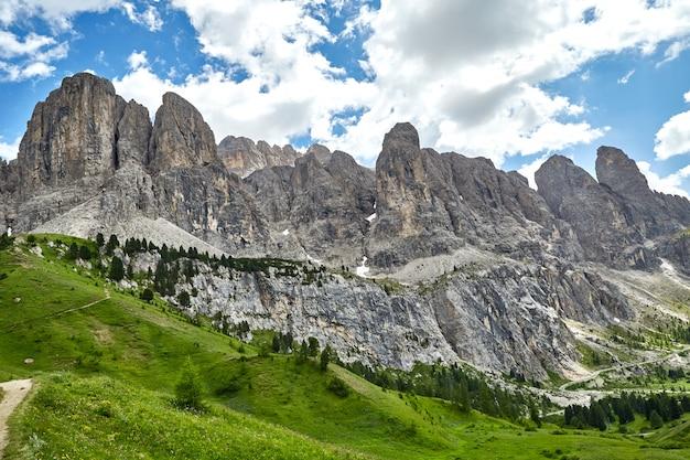 Montanhas e campos de prado