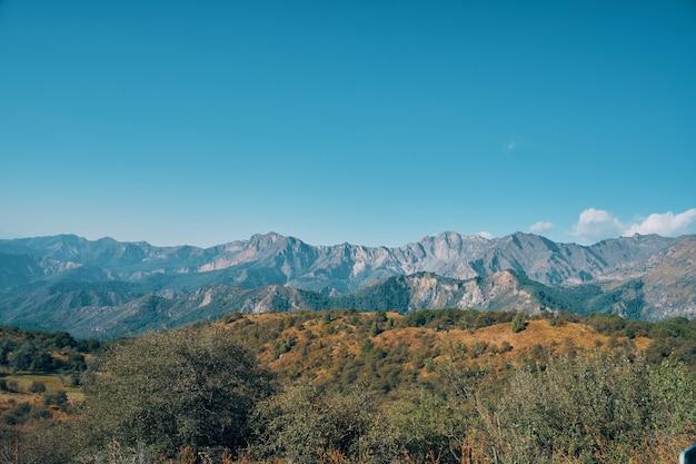 Montanhas e céu claro
