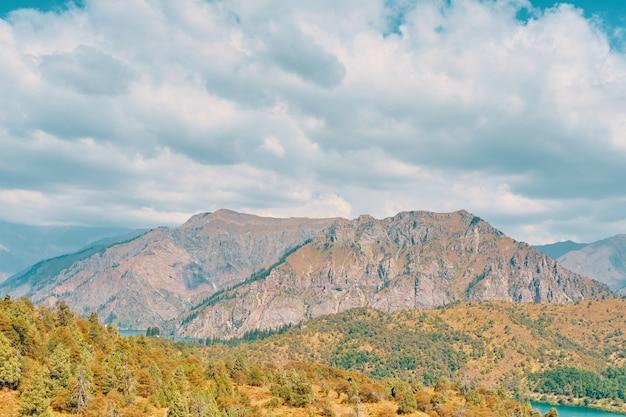 Montanhas e céu nublado