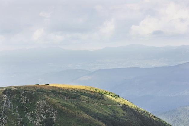 Montanhas e céu