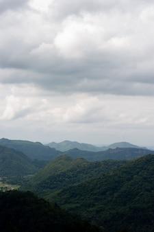 Montanhas e céus na estação chuvosa e beleza natural