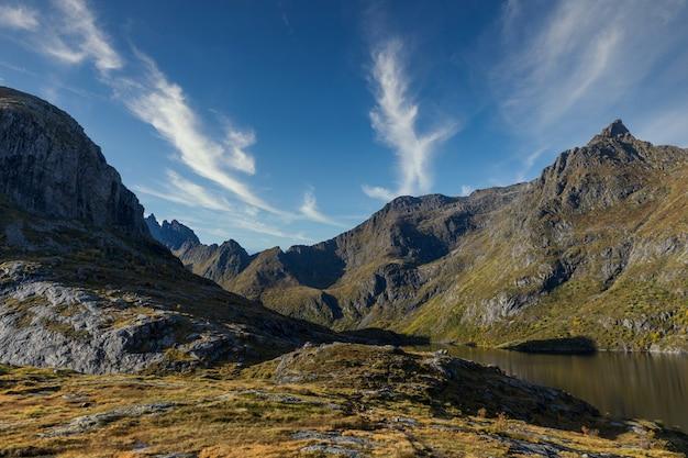 Montanhas e lago em a i lofoten, noruega