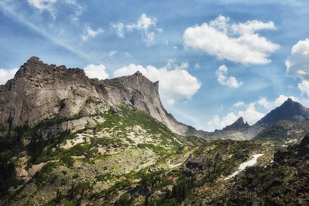 Montanhas e lagos fabulosos, viagens e caminhadas, vegetação exuberante e flores ao redor. água de nascente descongelada das montanhas. vistas mágicas de altas montanhas, prados alpinos
