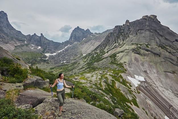 Montanhas e lagos fabulosos, viagens e caminhadas, vegetação exuberante e flores ao redor.
