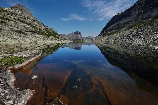 Montanhas e lagos fabulosos, viagens e caminhadas, vegetação exuberante e flores ao redor