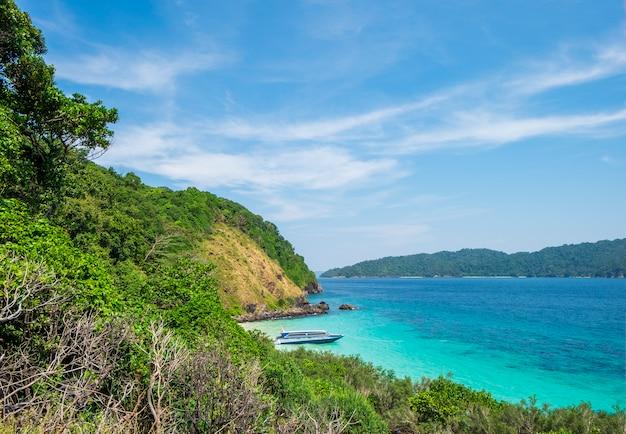 Montanhas e mar tropical com céu azul