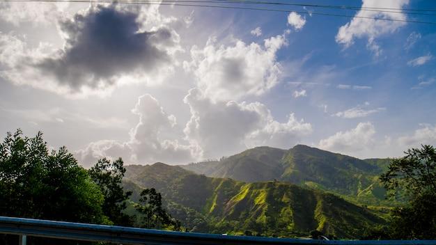 Montanhas e nuvens no céu