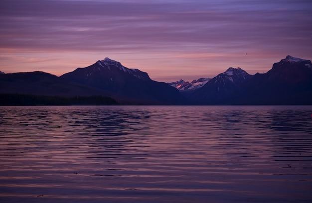 Montanhas e o lago