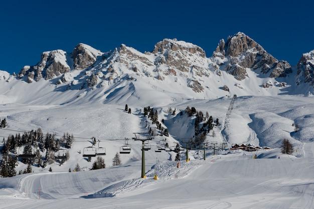 Montanhas e pistas de esqui em passo san pellegrino
