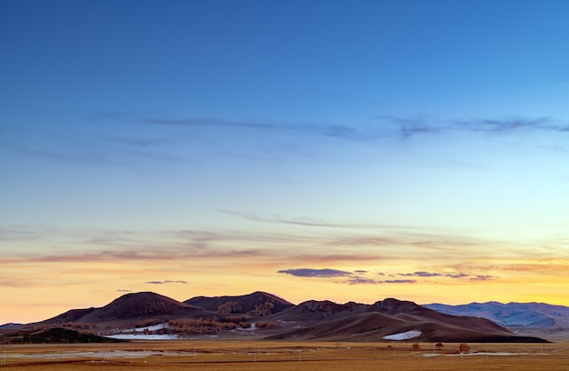 Montanhas e prados de manhã cedo
